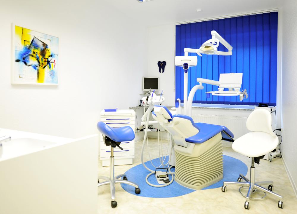 Behandlungsraum mit behindertengerechter deutscher KAVO-Einheit